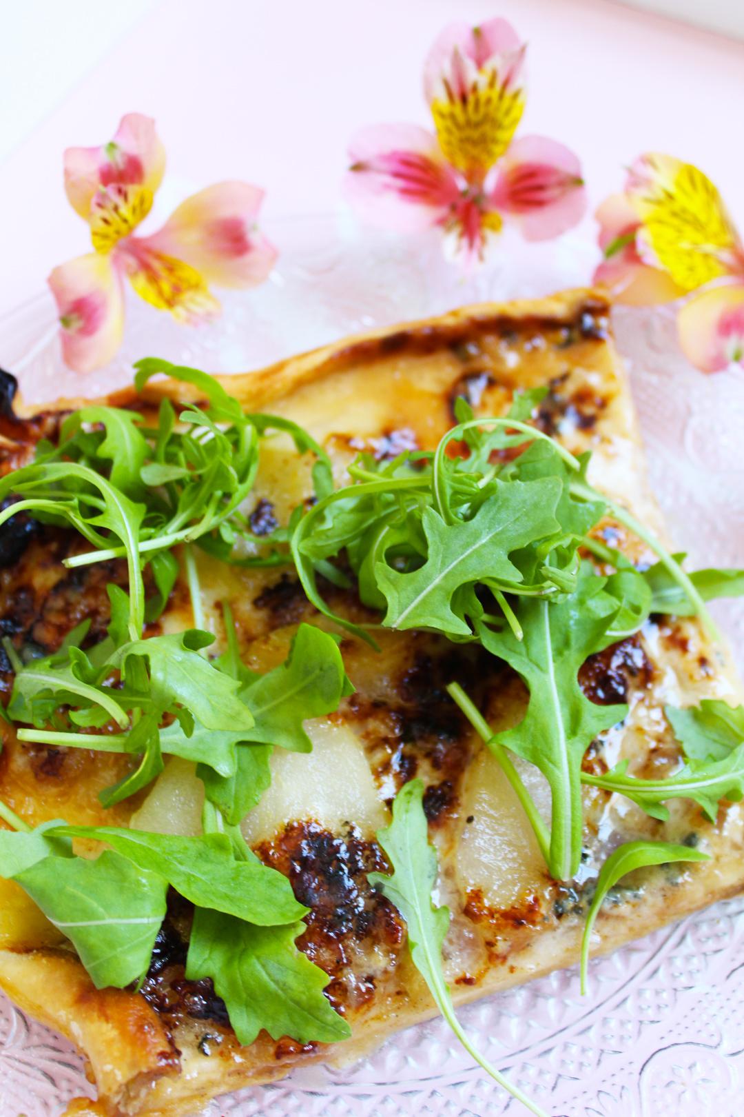 Pizza rectangulaire aux poires, roquefort et miel